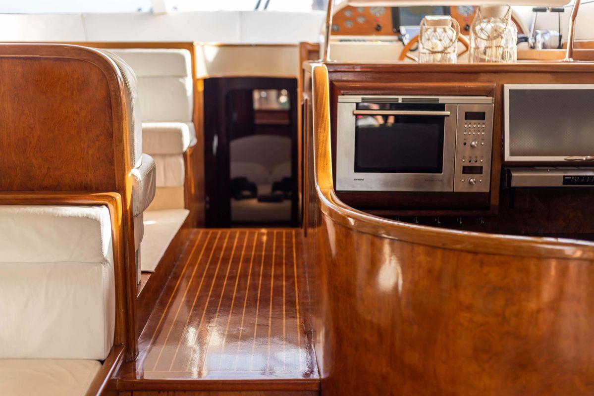 handmade FLYBRIDGE 55 '03 QUEEN YACHT 8